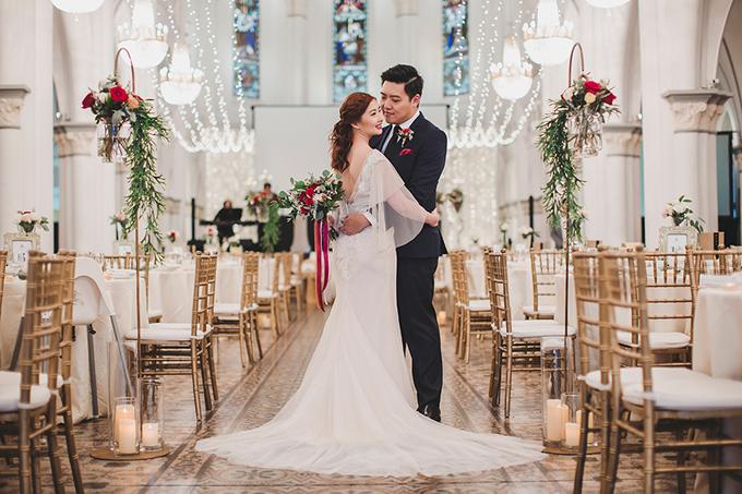 Không gian tiệc cưới thêm phần lộng lẫy với dàn đèn treo và đèn dây được chăng phía trên các bàn tiệc.