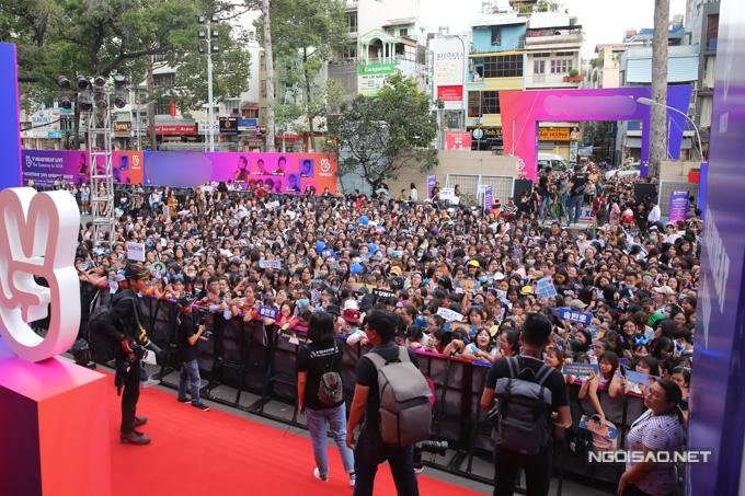 Chiều 8/7, một sự kiện âm nhạc Hàn - Việt diễn ra tại nhà thi đấu Hòa Bình, TP HCM. Từ 17h, hàng ngàn bạn trẻ đến địa điểm diễn tổ chức và chở đợi. Họ liên tục hò reo tên các ca sĩ tham gia chương trình, trong đó có nhóm Winner và diễn viênJung Hae In (phim Chị đẹp mua cơm ngon cho tôi).
