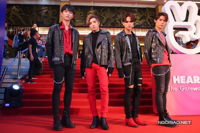 Nhóm nhạc Uni5 diện trang phục ton-sur-ton cho màn xuất hiện trên thảm đỏ.