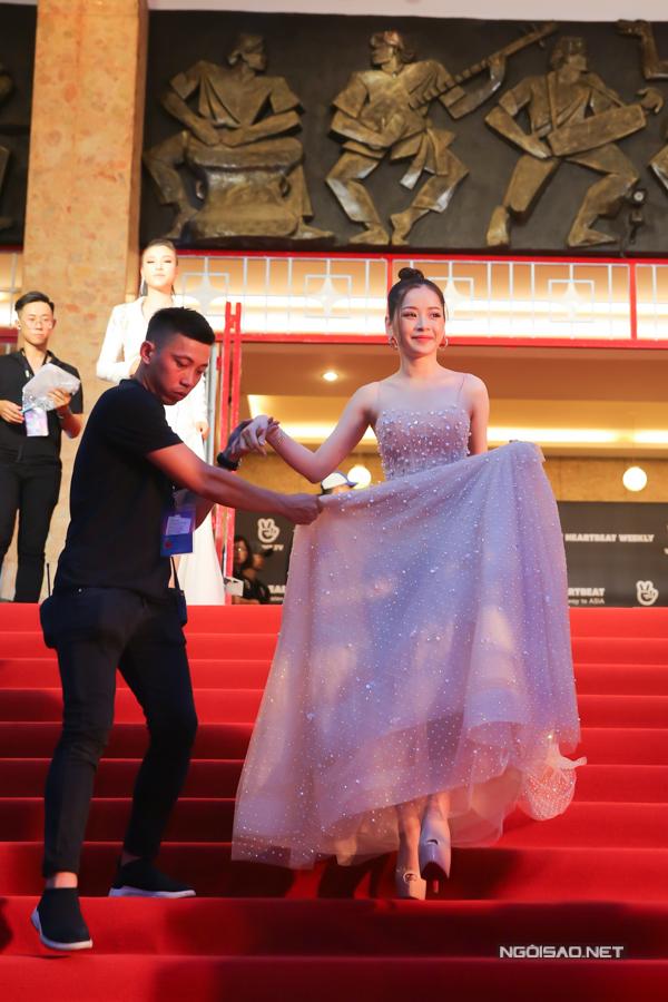 Chi Pu xuất hiện lộng lẫy trên thảm đỏ một sự kiện âm nhạc diễn ra vào chiều 8/7 tại nhà hát Hòa Bình, TP HCM. Vì mang đôi giày cao gót hơn 15 cm, cô được nhân viên ban tổ chức hỗ trợ từ trong hậu trường ra thảm đỏ chào khán giả.