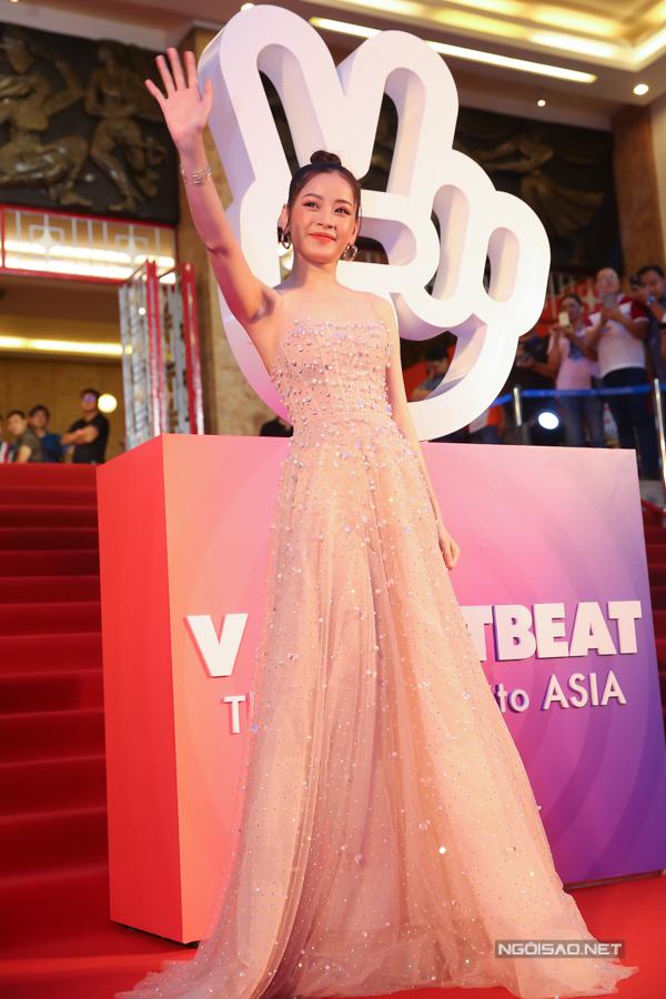 Nữ ca sĩ diện váy dạ hội bồng bềnh, gam màu pastel.