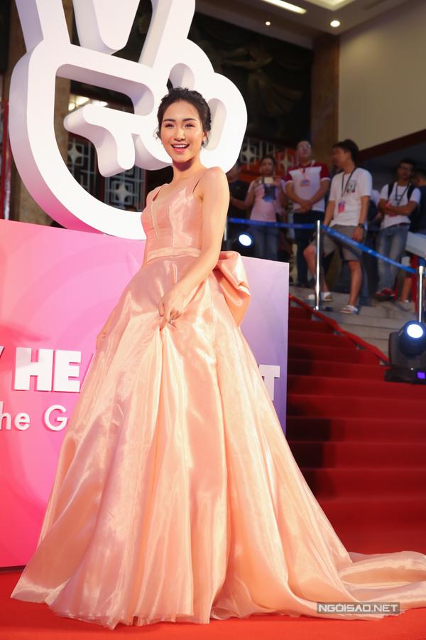 Ca sĩ Hòa Minzy cũng gặp chút khó khăn di chuyển với váy dạ hội lộng lẫy.