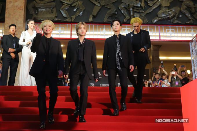 NgoàiJung Hae In, nhóm nhạcWINNER cũng sang Việt Nam tham gia sự kiện. Các chàng trai thu hút sự chú ý với ngoại hình lịch lãm và luôn thân thiên với khán giả hâm mộ.