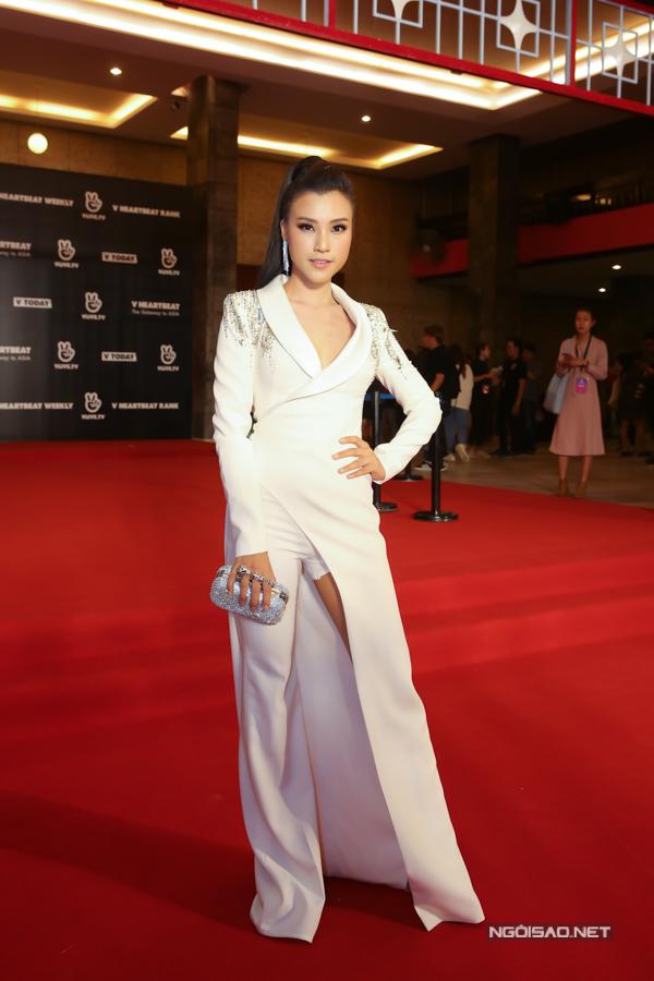 Hoàng Oanh đảm nhận vai trò MC sự kiện. Cô đầu tư hai bộ váy áo khác nhau cho sự xuất hiện trên thảm đỏ và sự kiện sau đó.