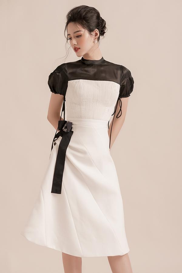 Khánh Linh gợi ý các chị em công sở nên chọn gam màu trắng đen, mangđến vẻ thanh lịch, duyên dáng.Sự kết hợp của hai tông màu đối lập này chưa bao giời lỗi mốt.
