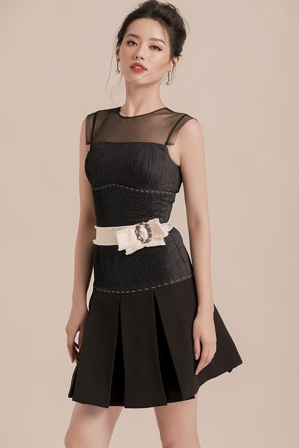 Dù không sở hữu chiều cao quá nổi bật,việc tận dụng những chiếc váy bó sát, váy chữ Agiúp Khánh Linh ăn gian được chiều cao.