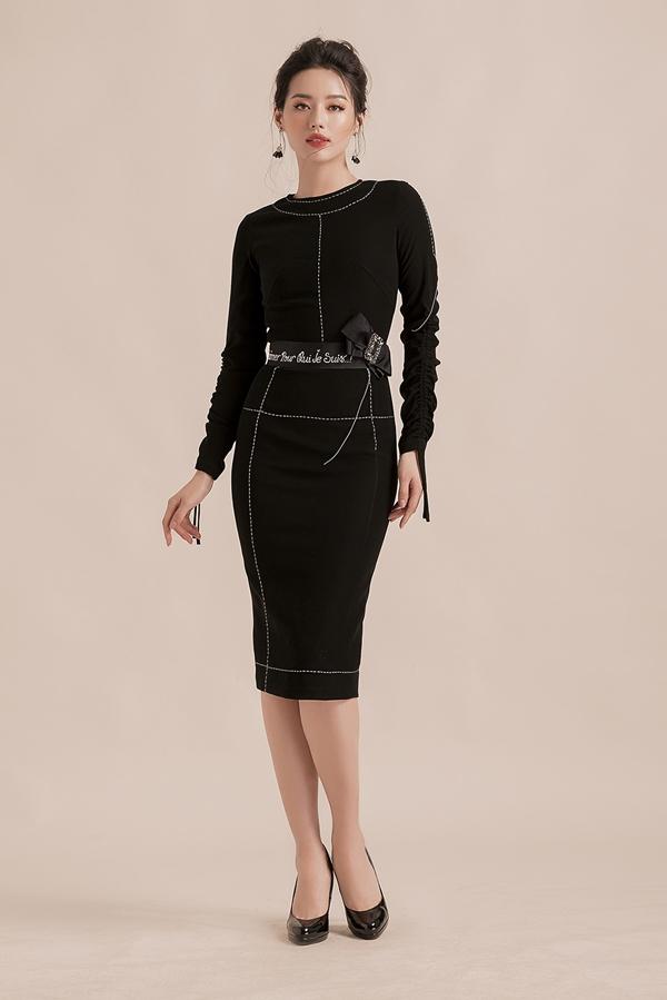 Thiết kế váy bút chì trở nên bớt nhàm chán và tăng thêm vẻ nữ tínhnhờthắt lưng đính nơ. Khánh Linhdiện thêm giày cao gót mũi nhọn màu đen hoặc nude - hai tông màu cơ bản có thể dễ dàng phối cùng nhiều loại trang phục.