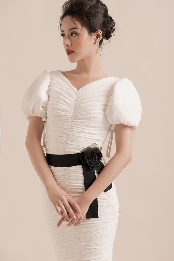 Khánh Linh thử nghiệm phong cách mớitrong loạt váy ứng dụng, phù hợp công sở của nhà thiết kế Đỗ Long. Chi tiếtxếp ly tinh tế kết hợp họa tiếtto bản 3D tạo điểm nhấn nổi bật cho người mặc.