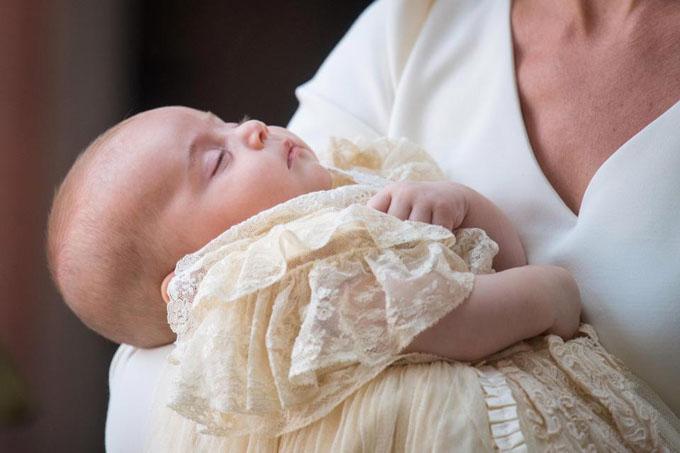 Hoàng tử Louis xinh xắn bụ bẫm khi đến nhà nguyện ở Điện St James chiều 9/7. Ảnh: PA.
