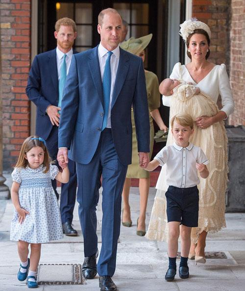 William dắt tay hai con, còn vợ chồn Harry - Meghan đi sau. Ảnh: PA.