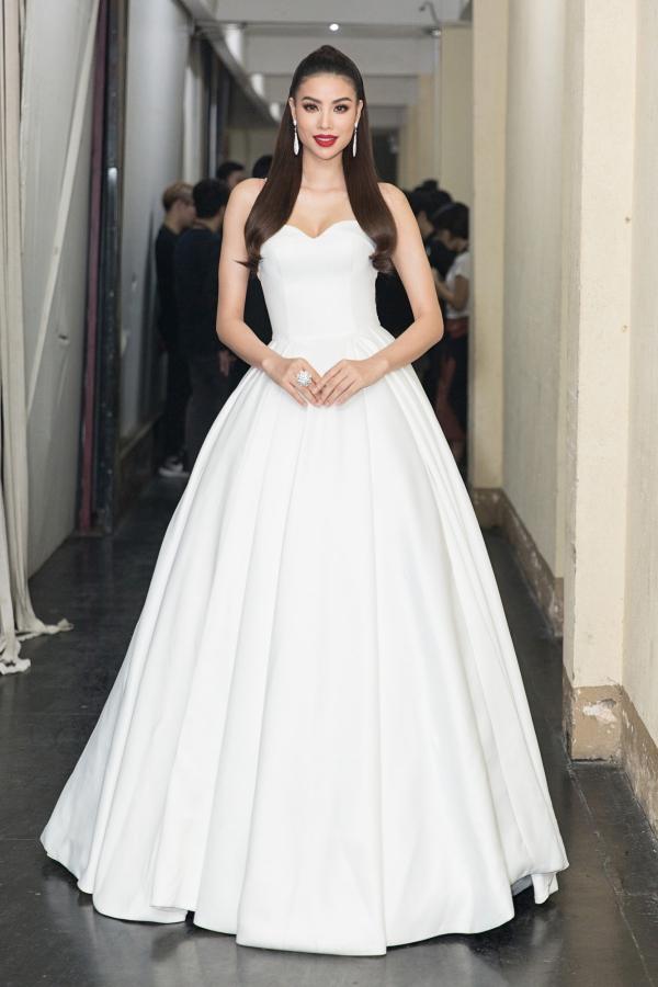 Hoa hậu Phạm Hương theo đuổi phong cách công chúa với chiếc váy dạ hội của nhà thiết kế Đỗ Long.