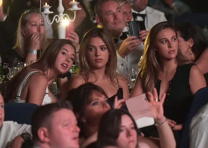 Các cô gái chăm chú theo dõi bố giao lưu với người hâm mộ Anh. Cả ba đều nổi bật vì nhan sắc xinh đẹp. Họ từng được Hiệp hội báo chí nước ngoài ở Hollywood trao giải Hoa khôi Quả cầu vàng 2017.
