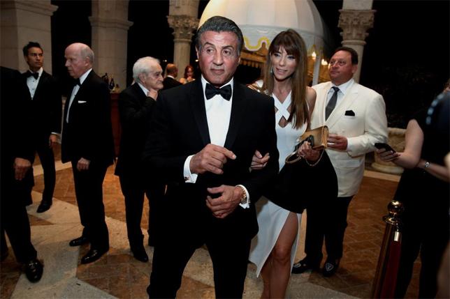 Sylvester Stallone tay trong tay đến cùng vợ - cựu người mẫu Jennifer Flavin.