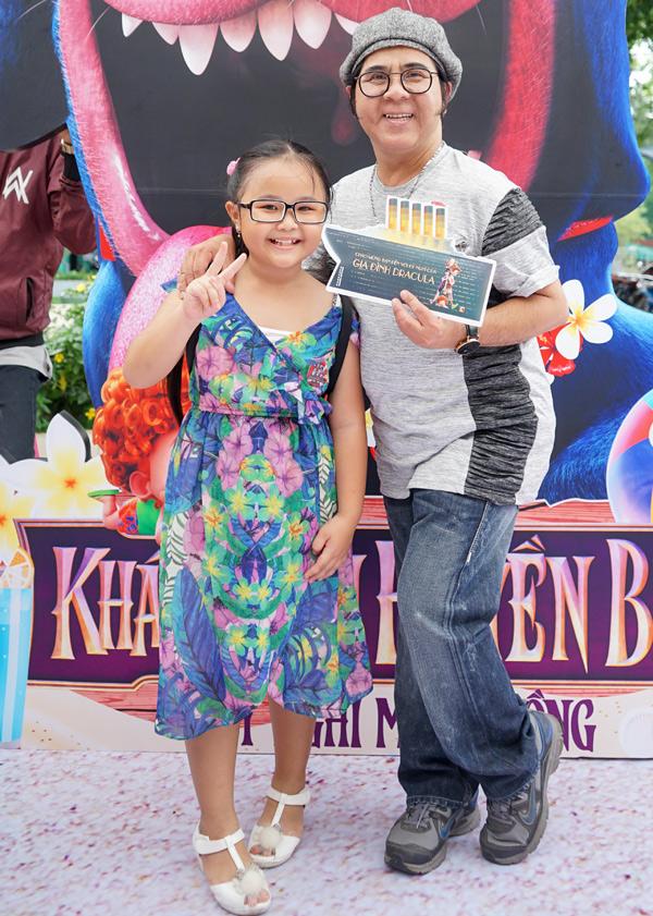 Nghệ sĩ Bạch Long vui vẻ chụp ảnh cùng sao nhí của phim Nắng 2.
