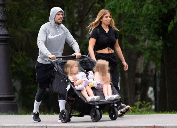 Henderson và vợ đi dạo công viên cùng hai con gái. Ảnh: TS.