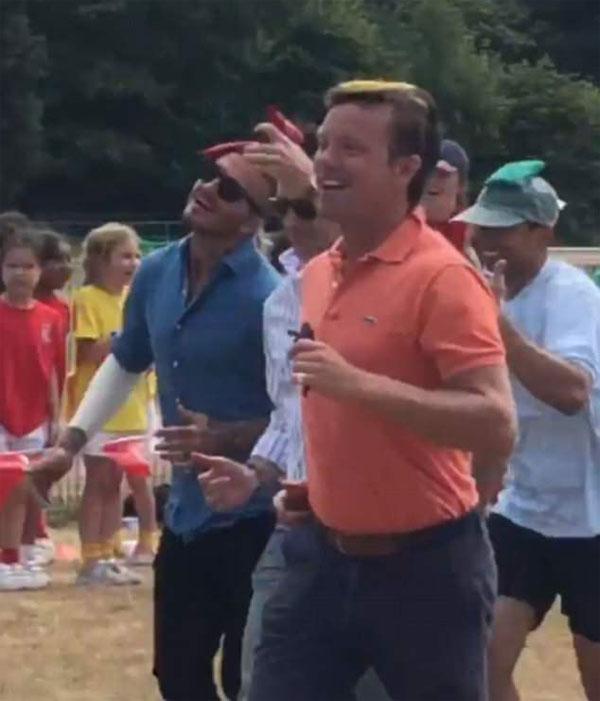Becks (bên trái) tham gia trò chơi ở trường con gái. Ảnh: FB.