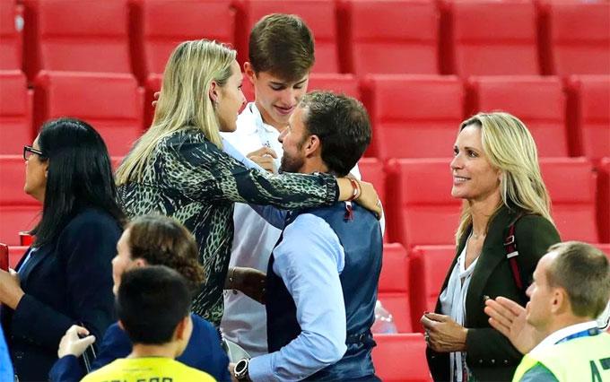 Bà xã Alison và hai con đến sân cổ vũ Southgate ở trận Anh gặp Colombia. Ảnh: TS.