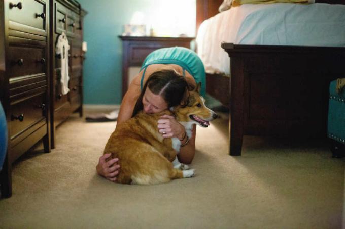 Khi nhiếp ảnh gia Kristin đến nhà Brooke, cô đang trải qua những cơn co trở dạđau đớn. Chú chó Ryder có mặt trong phòng của Brooke như thể muốn kiểm tra xem tình hình của người mẹ có ổn không.