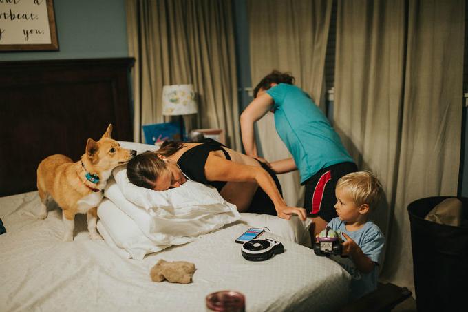 Mỗi bước di chuyển của người mẹ, chú chó đều bám theo rất sát. Có lúc, chú còn nhảy cả lên giường để quan sát mọi chuyện đang diễn ra.