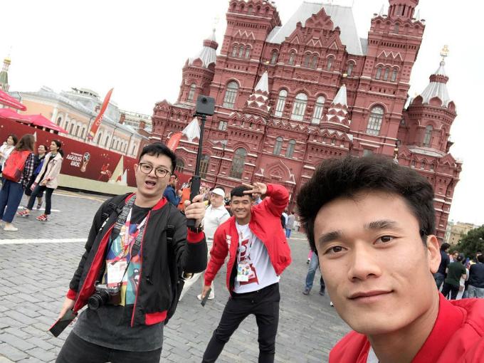 Cầu thủ Hà Đức Chinh nhí nhảnh tạo dáng chụp hình cùng Bùi Tiến Dũng tại Quảng trường ở Moskva, Nga. Bùi Tiến Dũng trở thành cầu thủ Việt Nam đầu tiên xuất hiện tại một kỳ World Cup, với vai trò trao giải cầu thủ xuất sắc nhất trận đấu, sau trận Anh - Croatia. Hà Đức Chinh cũng xuất hiện tại lễ trao giải với tư cách khách mời.