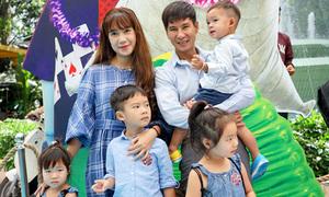 Vợ chồng Lý Hải đưa 4 con đi xem phim