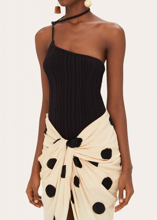 Chính kxy thuật xoắn vải ở phần chân váy khiến người nhìn dễ hiểu nhầm. Tuy nhiên đây lại là