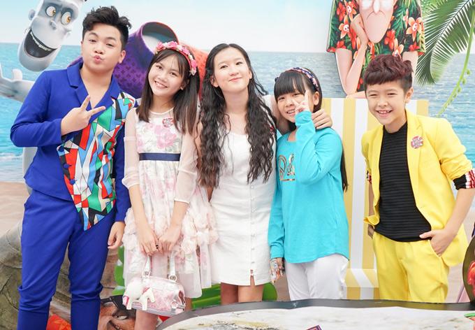 Từ trái qua: bé Hoàng Quân, Bảo An, Tini Trần, Hà My và Ben Lee cũng là những khán giả đầu tiên của phim này.