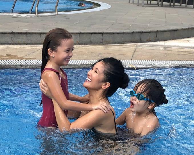 Hồng Nhung hạnh phúc nô đùa cùng hai con Tôm Tép ở bể bơi.