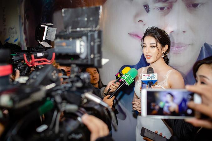 Huyền My ngột thở khi được truyền thông Myanmar săn đón - 2