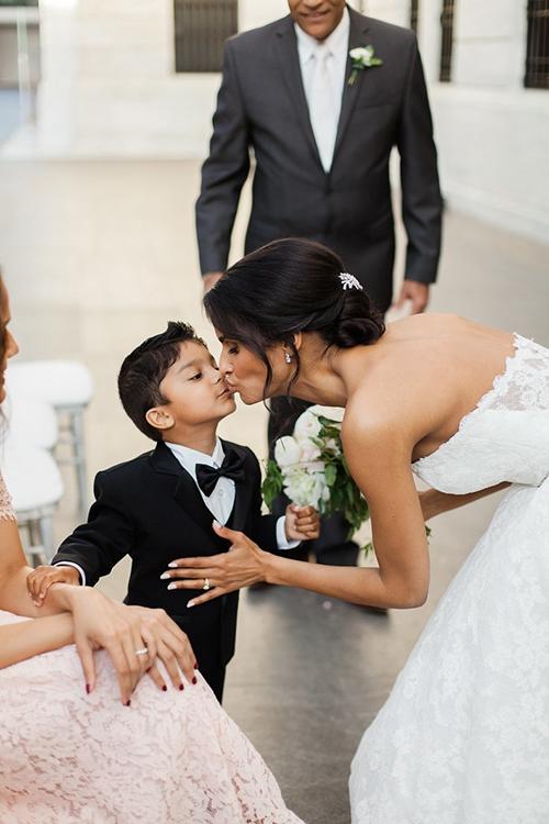 Tóc búi thấp: Đây là kiểu tóc gọn gàng giúp cô dâu thoải mái trong cả ngày dài làm lễ. Bạn nên chọn phụ kiện như lược cài đính đá, ruy băng hoặc chùm hoa nhỏ để mái tóc bớt cứng nhắc.