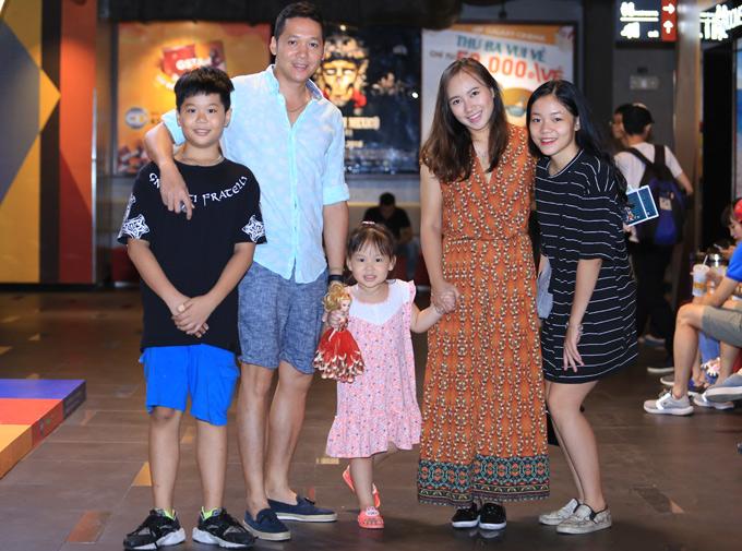 Tại Hà Nội, vợ chồng ca sĩ Khánh Linh cũng đưa các con đi xem phim này.