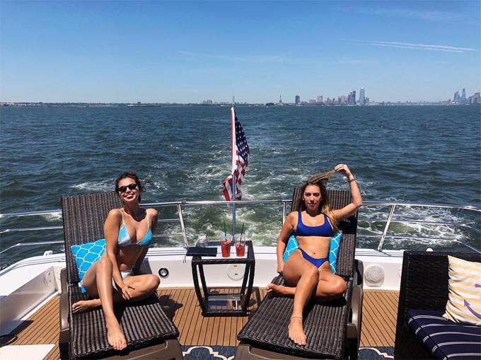 Selena vui tươi trên du thuyền cùng trợ lý Theresa Mingus hôm chủ nhật.