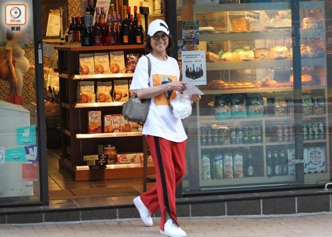 Tờ ON đăng tải Thiệu Mỹ Kỳ khi cô vào một tiệm bánh hôm 8/7. Nữ diễn viên ăn mặc khỏe khoắn, trẻ trung, cô cười rạng rỡ khi ký giả hỏi thăm. Sau một hồi chọn lựa và mua món thích hợp, cô lên xe ra về.