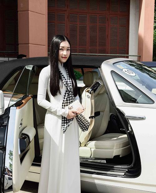 Ngọc Trân khoe vẻ đẹp trong sáng, ngọt ngào với áo dài trắng và khăn rằnkhi xuất hiện tại chương trình Hành trình từ trái tim - Hành trình lập chí vĩ đại - Khởi nghiệp kiến quốc cho 30 triệu thanh niên Việt diễn ra tại TP Huế.