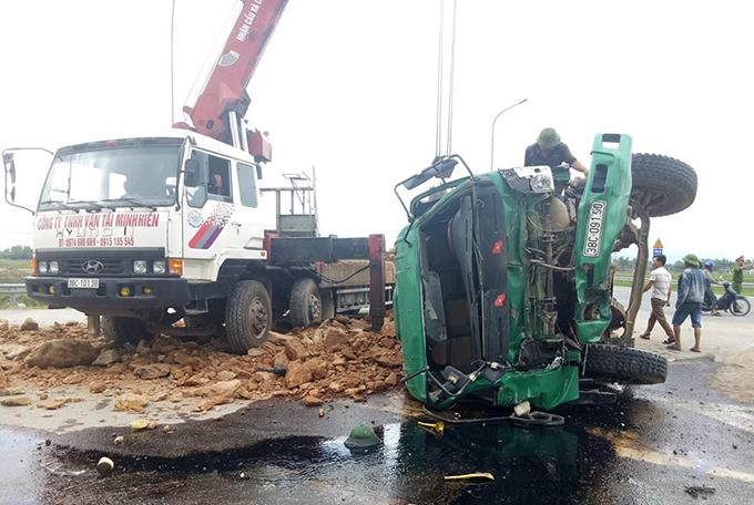Xe cứu hộ cẩu các phương tiện gặp nạn khỏi hiện trường. Ảnh: H.L