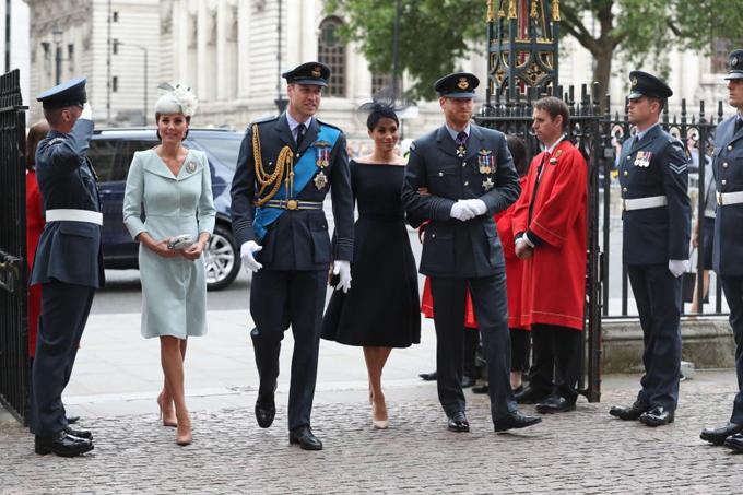 Sáng 10/7, Kate gây bất ngờ khi xuất hiện tại sự kiện tôn vinh lực lượng Không quân Hoàng gia Anh RAF vì trước đó Nữ công tước xứ Cambridge không xác nhận sẽ tham dự vì đang trong kỳ nghỉ thai sản sau khi sinh Hoàng tử Louis. Sóng bước bên cạnh vợ chồng Kate và William là vợ chồng Meghan và Harry.