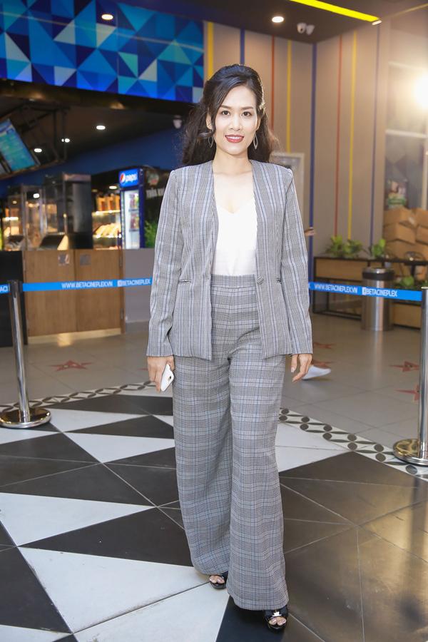 Nguyệt của phim Phía trước là bầu trời - diễn viên Hà Hương diện bộ suit với form dáng và đường cắt may thiếu chỉn chu.