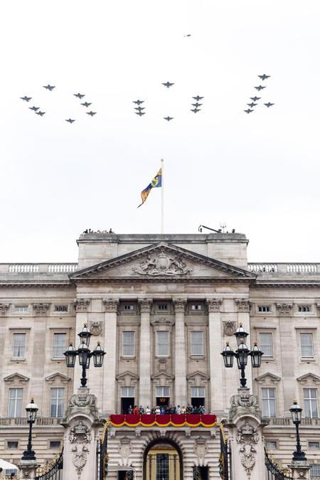 Màn biểu diễn hoành tráng của Không quân Hoàng gia Anh trên bầu trời Điện Buckingham thu hút sự thích thú của hoàng gia cũng như hàng nghìn người dân đứng bên dưới đón xem.