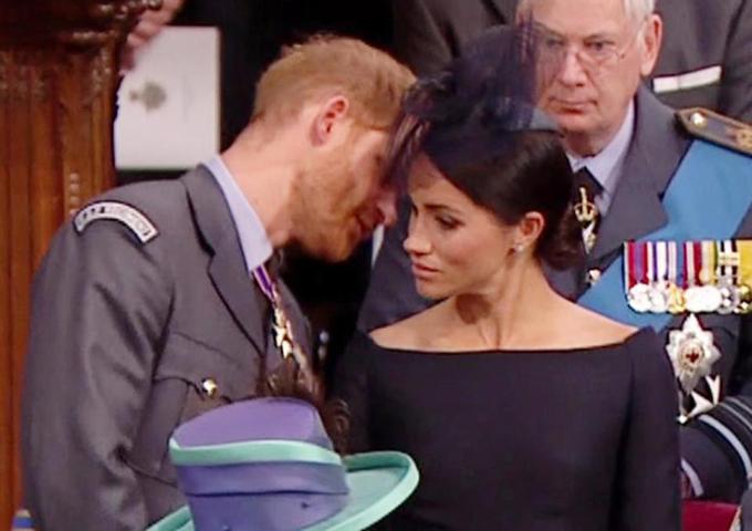 Công tước xứ Sussex trong một khoảnh khắc không kiềm được lòng đã quay sang vợ thì thầm to nhỏ.