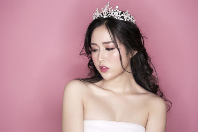 Cô dâu được đánh phấn bắt sáng nơi gò má, cằm, trán và mũi. Lông mày được kẻ bằng chì và phấn bột màu nâu theo đường ngang, ảnh hưởng bởi phong cách trang điểm Hàn Quốc đang hot.
