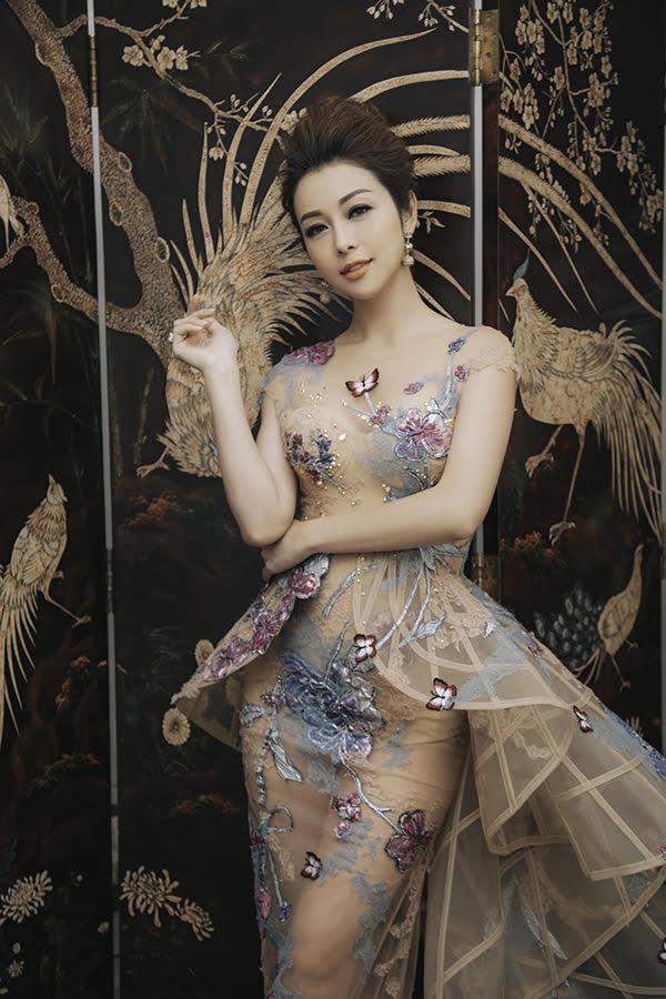 Hoa hậu châu Á tại Mỹ 2006 tự tin với vóc dáng đồng hồ cát, dù đã qua ba lần sinh nở. Jennifer Phạm cho biết cô luôn ăn uống lành mạnh và tập thể dục hàng ngày để giữ gìn nhan sắc. Người đẹp cho rằng cuộc sống hạnh phúc, cân bằng cũng là yếu tố giúp cô duy trìthần thái tươi trẻ, rạng rỡ.