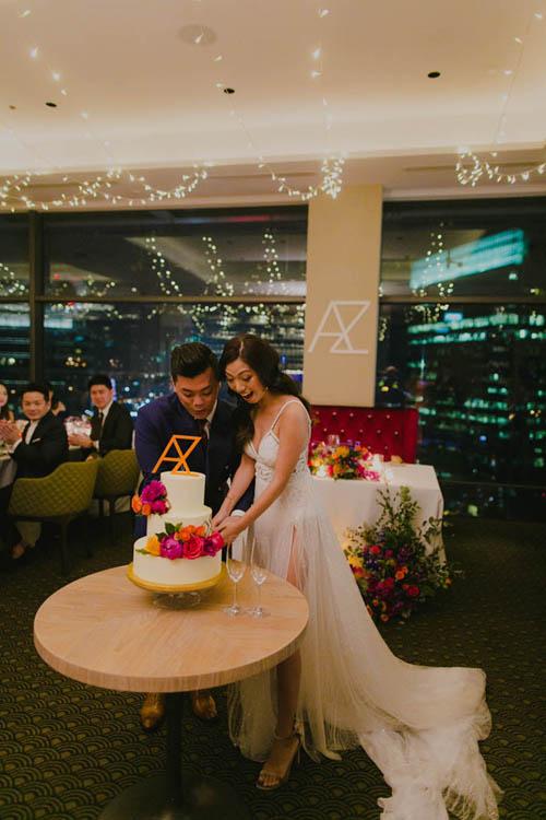 Là một nhiếp ảnh gia, cô dâu Amanda là người có niềm đam mê bất tận với màu sắc và muốn tiệc cưới buổi tối thật rực rỡ. Cô dâu chọn bảng màu jewel-toned và khuyến khích khách mời mặc đồ tự do trừ đỏ và đen.
