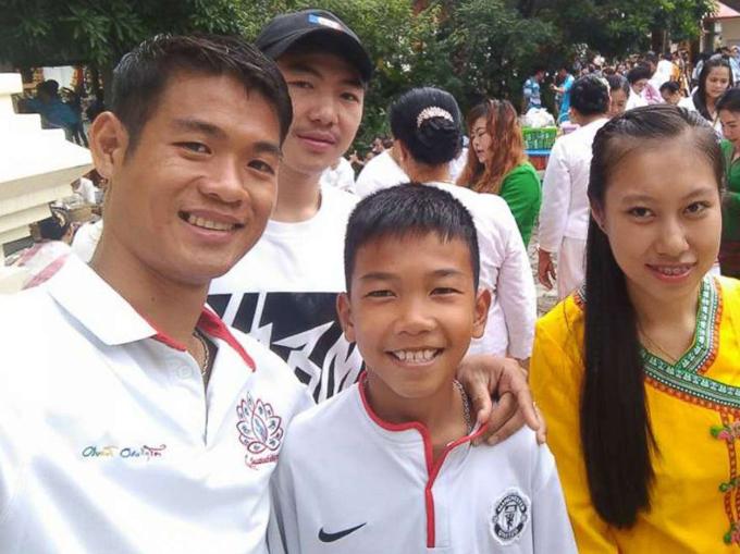 Huấn luyện viên Ekaphol (bìa trái)mồ côi từ năm 10 tuổi. Ảnh: Facebook.