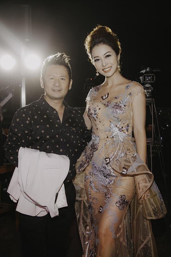 Ca sĩ Bằng Kiều lộ chiều cao khiêm tốn khi đứng bên Jennifer Phạm. Anh sẽ là khách mời trong đêm thi nhan sắc tổ chức tại Canada.