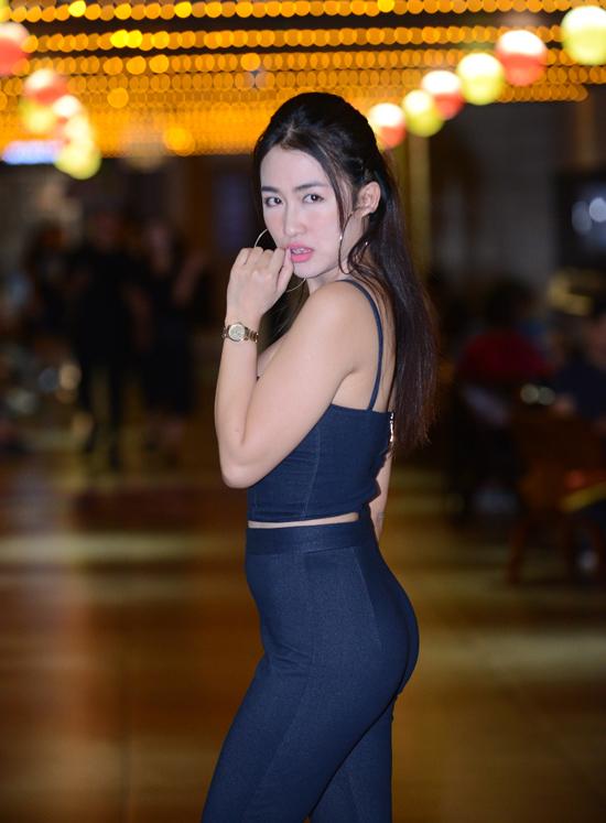 DJ Trang Moon lộ vòng hai kém thon gọn trong trang phục bó sát.