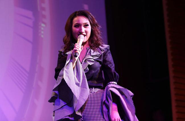 Thiết kế cổ và tay áo nhún bèo rườm rà là nguyên nhân khiến ca sĩ, diễn viên Cao Mỹ Kim mất điểm.