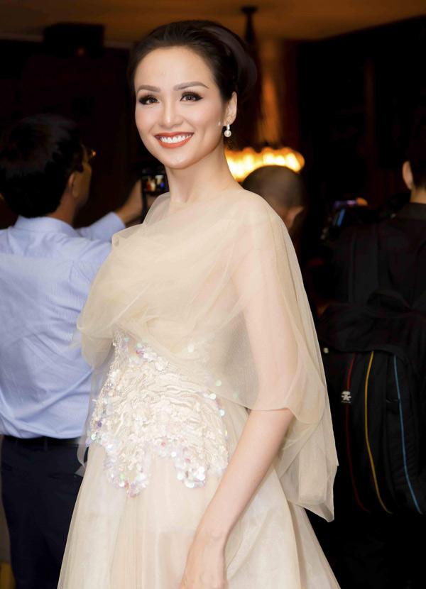 Diễm Hương trang điểm kỹ lưỡng khi dự event. Tuy nhiên kiểu tóc và trang phục rườm rà khiến cô trông già hơn tuổi 28.