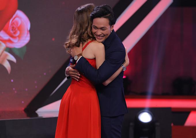 Sau phút ngại ngùng trên sân khấu, cặp đôi trao nhau một cái ôm chặt.