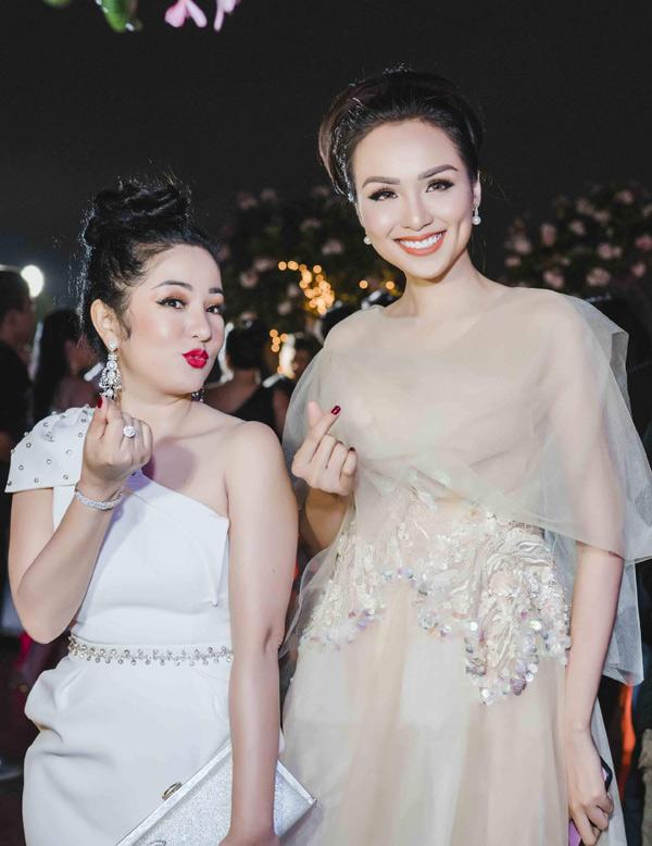 Nghệ sĩ Thúy Nga sành điệu với cây trắng, nhí nhảnh tạo dáng chụp ảnh cùng Hoa hậu Thế giới người Việt 2010.