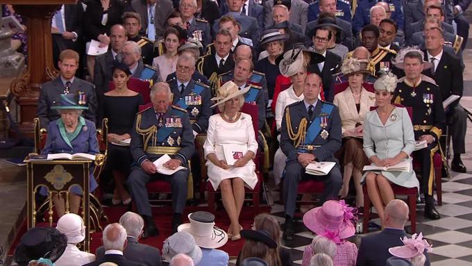 Tuy nhiên khi vào đến, Kate và William ngồi ở hàng ghế trên còn vợ chồng Meghan ngồi ở hàng ghế đằng sau.